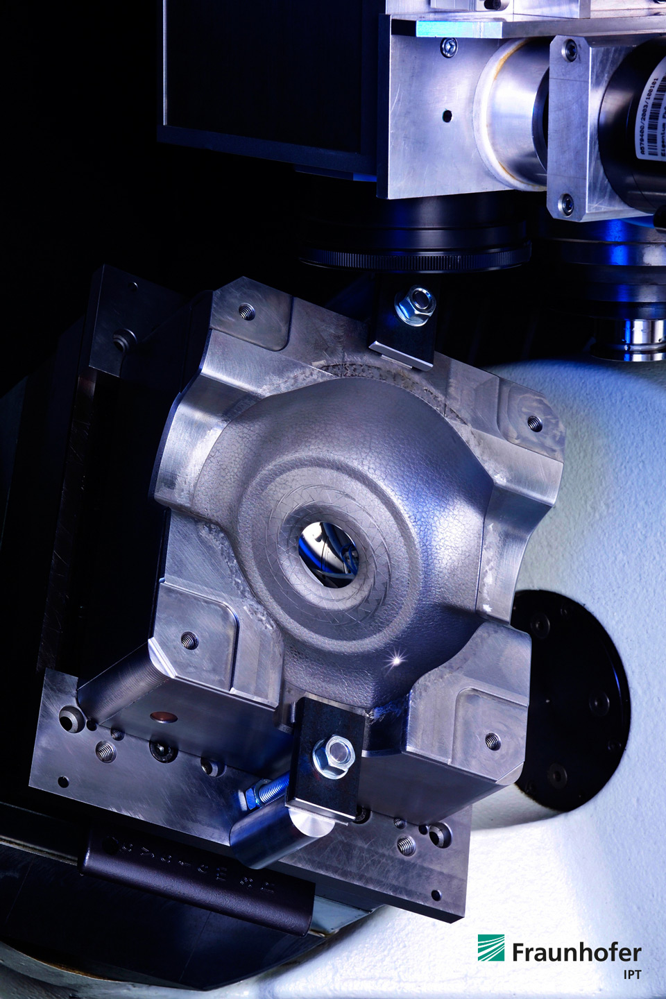 Fraunhofer IPT: 5-axis laser materials processing of an injection mold